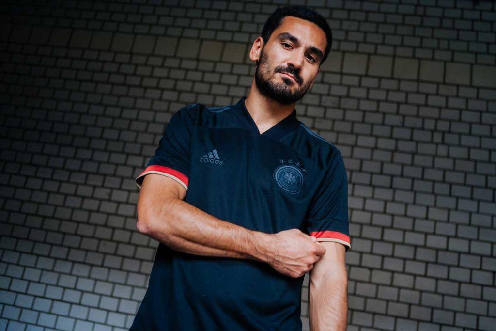 Ilkay Gündogan präsentiert das neue DFB Away Trikot 2021 in Schwarz (Foto adidas/DFB)